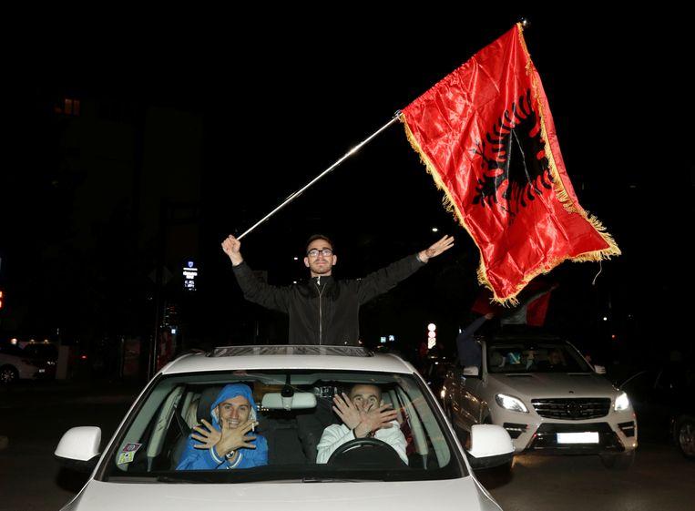 Aanhangers van de oppositie vieren feest in Pristina. Beeld REUTERS