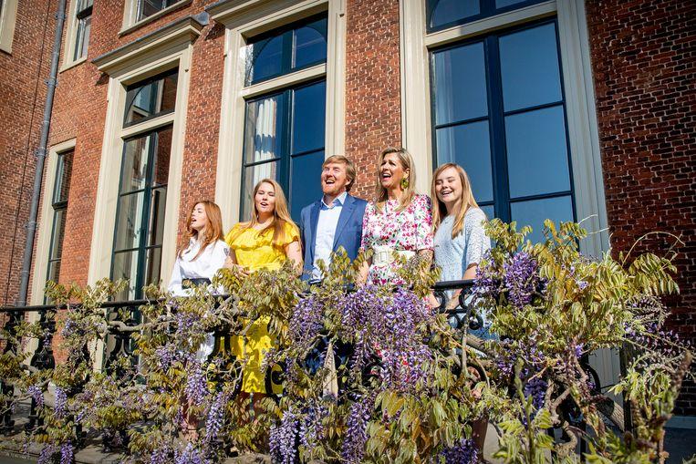 Koning Willem-Alexander, Koningin Máxima en de prinsessen Amalia, Alexia en Ariane zingen voor Paleis Huis ten Bosch het Wilhelmus op Koningsdag 2020.  Beeld ANP