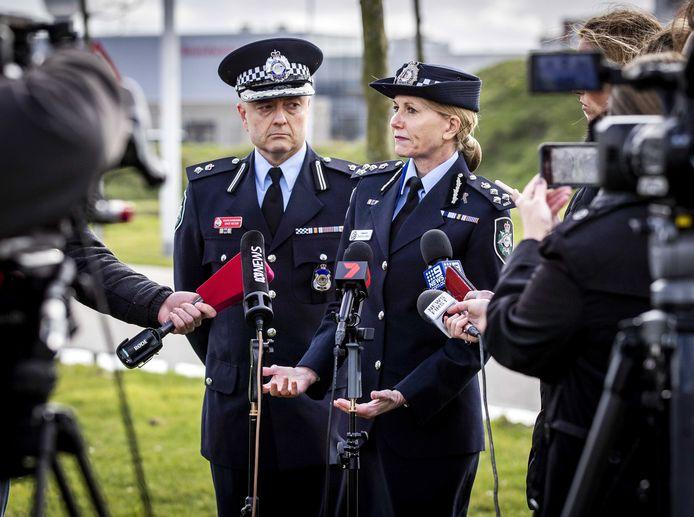 David Nelson (L) en Jennifer Hurst van de Australische politie staan de internationale pers te woord voor de rechtbank op Schiphol.