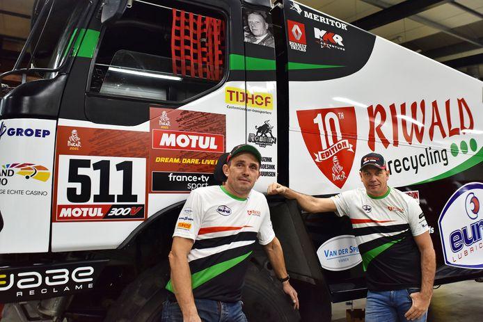 Gert Huzink (rechts) voor de hybridetruck, samen met zijn navigator Rob Buursen.