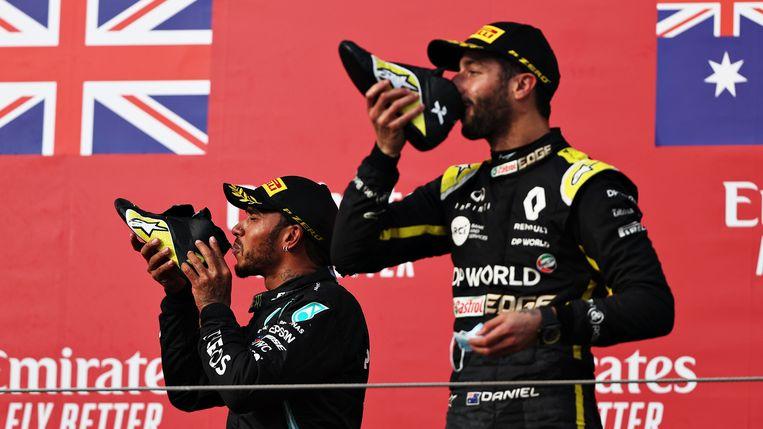 Lewis Hamilton en Daniel Ricciardo vieren de winst die zij hebben behaald.  Beeld Formula 1 via Getty Images