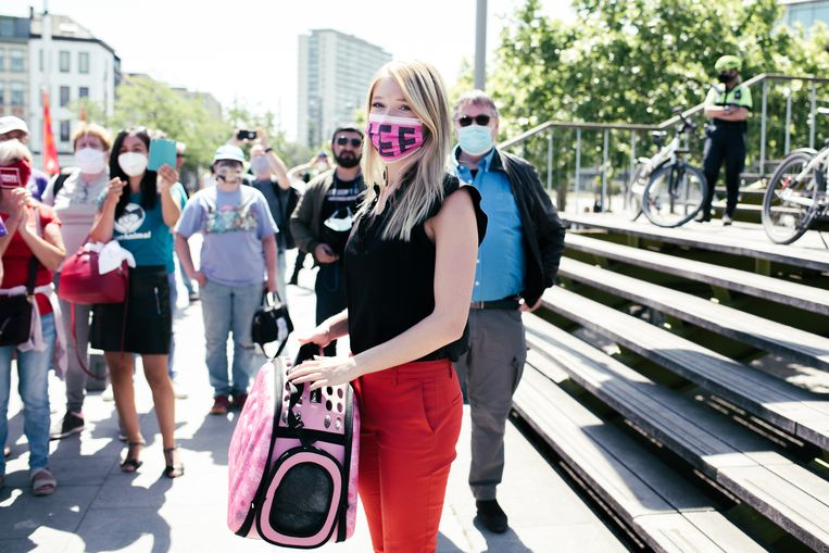 Selena Ali bij aankomst aan de rechtbank, waar tientallen dierenvrienden haar stonden op te wachten. Beeld Tine Schoemaker