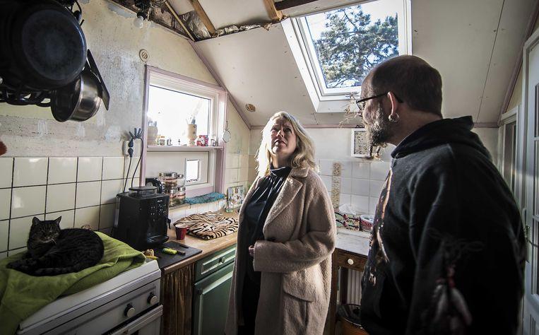 Het huis van Gert Frieling (r) in Wagenborgen werd maandag net tijdens het bezoek van CDA-Kamerlid Agnes Mulder getroffen door de aardbeving. Beeld ANP