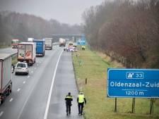 Eenzijdig ongeval op A1 bij De Lutte, politiewagen die wil helpen krijgt klapband