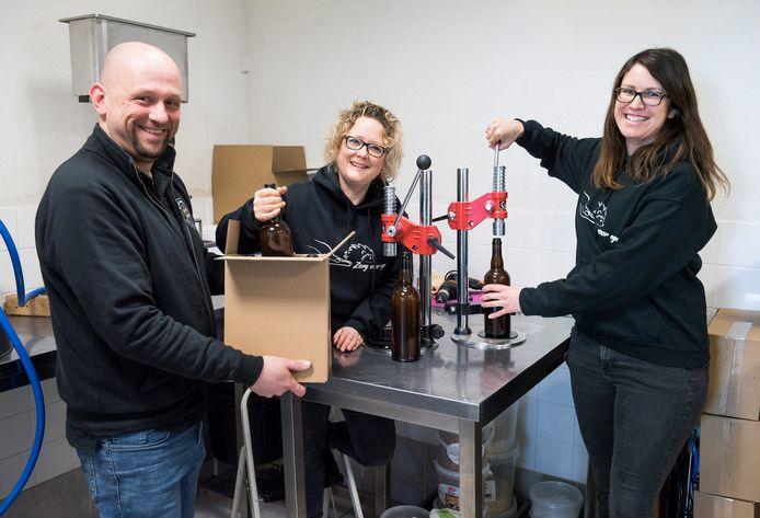 Brouwer Martijn de Zeeuw bottelt het eerste 'egelbier' met Judith Tonkes en Nathalie de Vroom. De opbrengst van het bier gaat naar de Egelstichting.