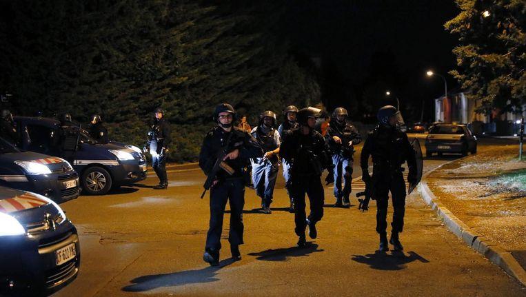 Franse politieagenten patrouilleren in het district Boyenval. Agenten en buurtbewoners raakten slaags na de dood van Adama Traore. Beeld afp