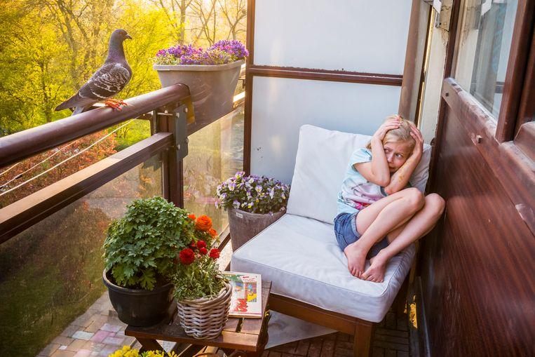De oudste dochter zoekt dekking nadat duif Dollie heeft geprobeerd het huis in Vlaardingen binnen te vliegen (Pandemic Pigeons – A Love Story).   Beeld Jasper Doest