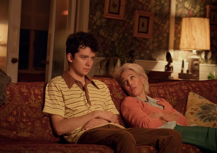 Asa Butterfield en Gillian Anderson in Sex Education.