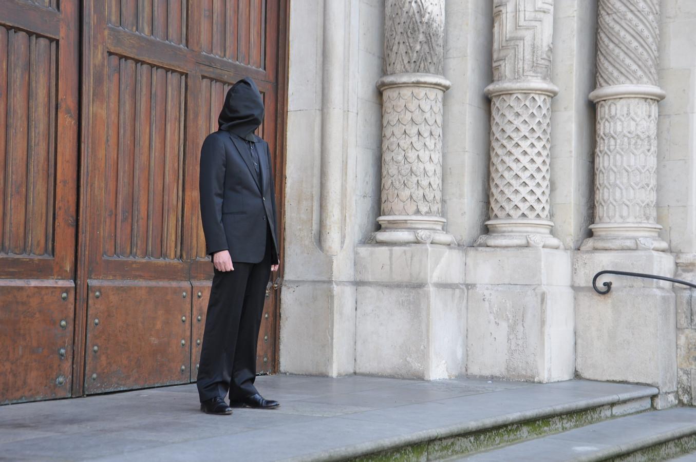 De kunstenaar stond een uur lang stil voor de ingang van de Sint-Annakerk uit protest tegen de herbestemming.