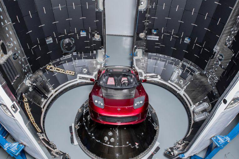 Een knalrode Tesla Roadster wordt vanavond mee de ruimte in gestuurd. Beeld REUTERS