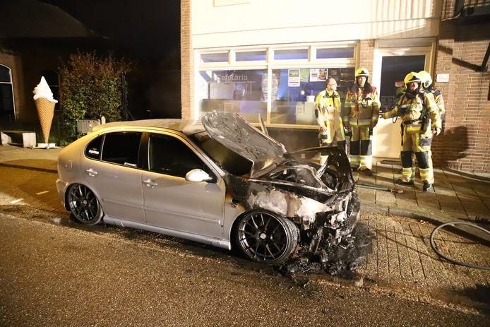 De zwaar beschadigde auto kort na de brand in Wamel.