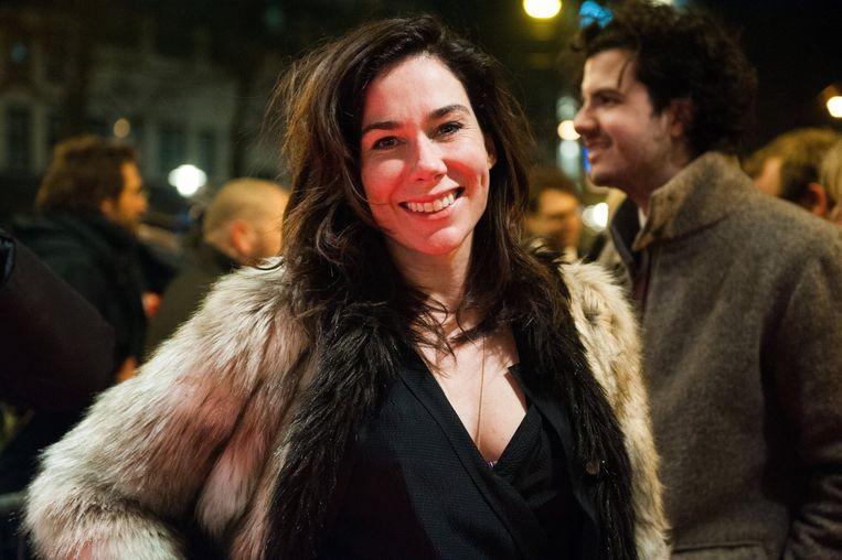Actrice en schrijfster Halina Reijn poseert gewillig voor de lens. Op de achtergrond Ernst-Jan Pfauth van De Correspondent. Beeld PHOTO_NEWS