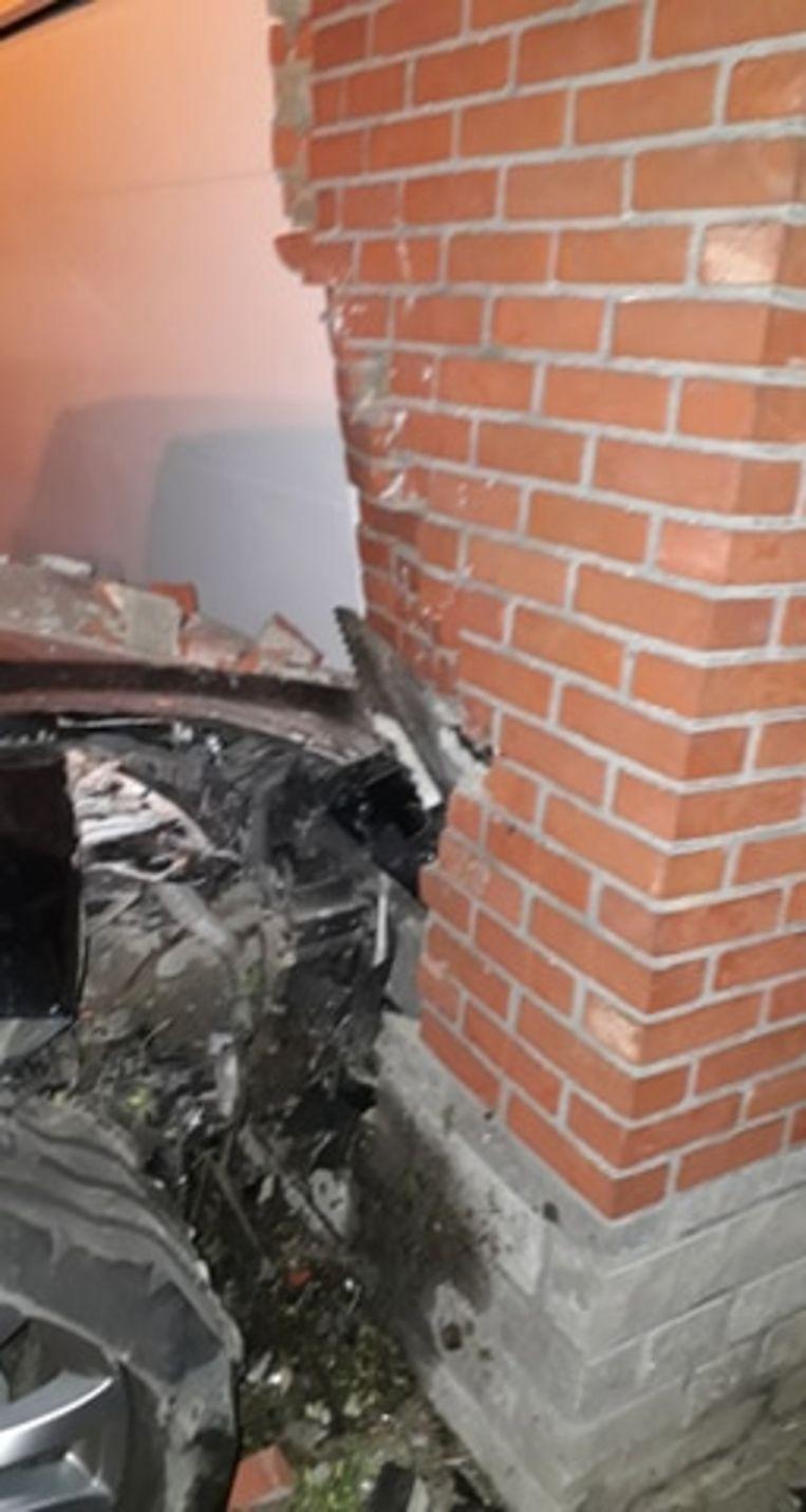 Een voertuig knalde in de Daliastraat in Putte tegen de gevel van een pas gerenoveerde woning.