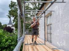 Steigers rond vervallen monumentale pastorie aan Huissensedijk in Elden