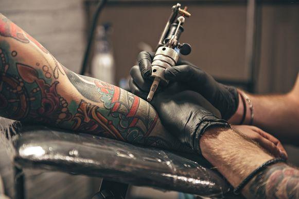 De man vond het niet kunnen dat zijn tattoo gebruikt werd als logo van de zaak.