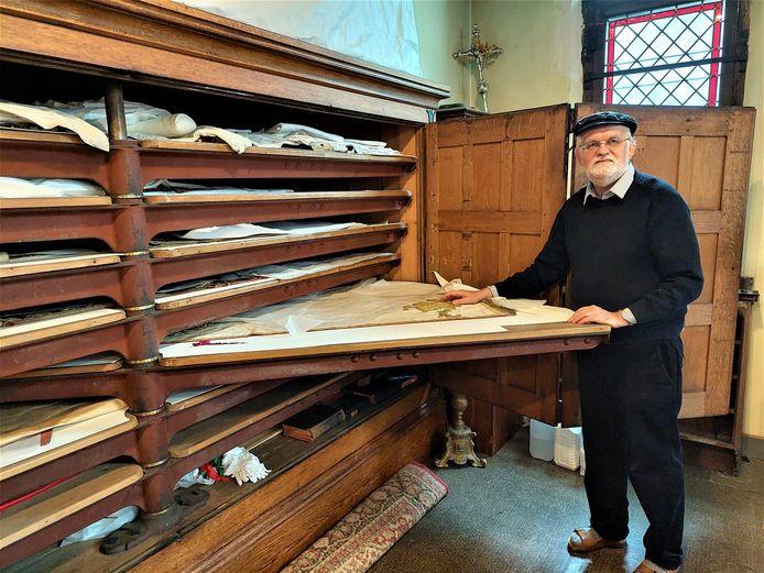 Pastoor Stefaan Minnaert bij de kast waar de speciale gewaden worden bewaard op de Sint-Martinusparochie.