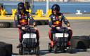 Max Verstappen en Alexander Albon (links) vermaken zich voorafgaand aan het seizoen op een gemotoriseerde koelbox.