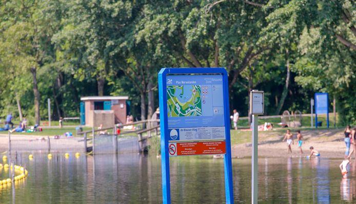 Het bord bij Plas Merwelanden, waar eerder ook al blauwalg werd aangetroffen.