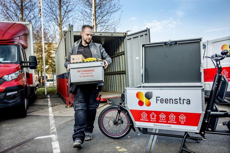 Jan van den Broek van Feenstra laadt spullen in zijn e-cargobike op de hub in Duivendrecht.  Beeld Jean-Pierre Jans