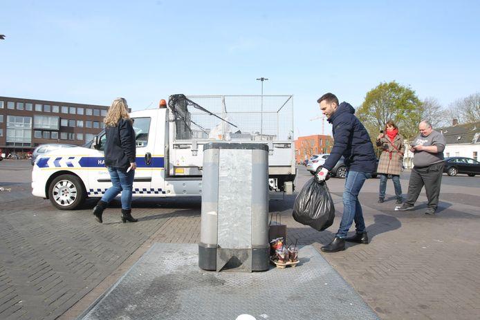 Wethouder Rik Thijs keert vuilniszakken om en doorzoekt ze op adresgegevens.