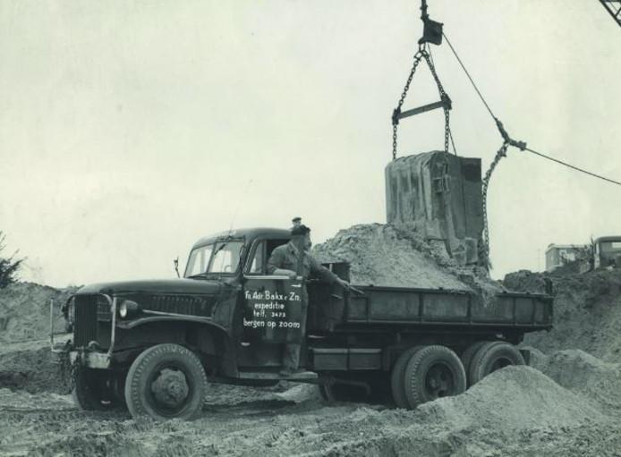 Vrachtwagen met chauffeur Jan Bakx wordt geladen door de dragline, dateert uit 1952.