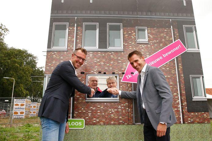 Gasloos bouwen is onlangs in Neede als nieuwe norm omarmd: wethouder Maikel van der Neut en ProWonen-manager  Henk-Jan Veltkamp schudden het echtpaar Looys als toekomstige bewoners de hand.
