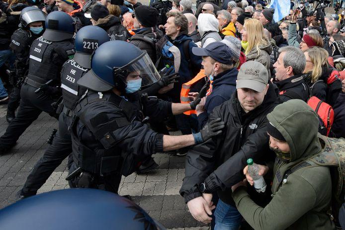 In het centrum van de Duitse stad Kassel zijn betogers tegen de coronamaatregelen vandaag slaags geraakt met de politie.