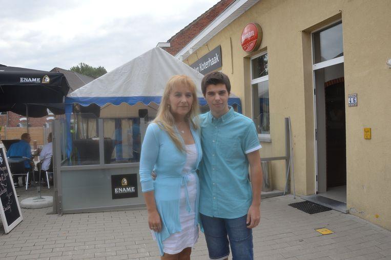 Uitbaatster Ingrid met haar zoon Kayël tijdens de heropening van het café vorige zomer.