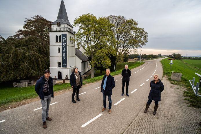 Vijf van de bezorgde dijkaanwonenden, met Gerko Siebenga in het midden en achter hem André Fenneman.