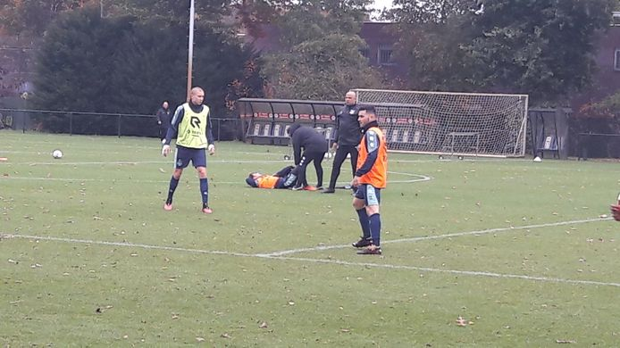 Mats Köhlert wordt behandeld tijdens de training van Willem II.