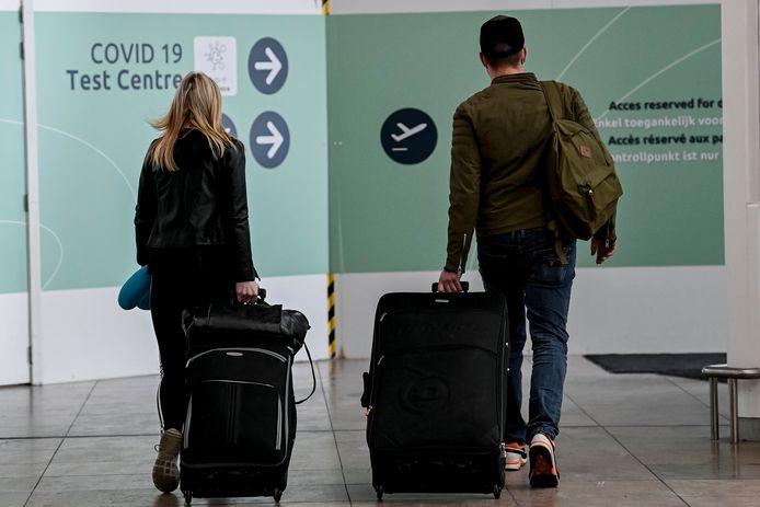 Reizigers op weg naar het testcentrum op Brussels Airport.