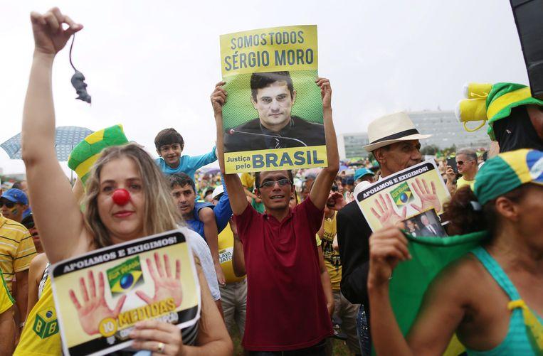 Demonstratie tegen corruptie in de Braziliaanse hoofdstad Brasilia. 'Wij zijn Sergio Moro', staat er op het bord dat de betoger in het midden omhoog houdt.  Beeld null