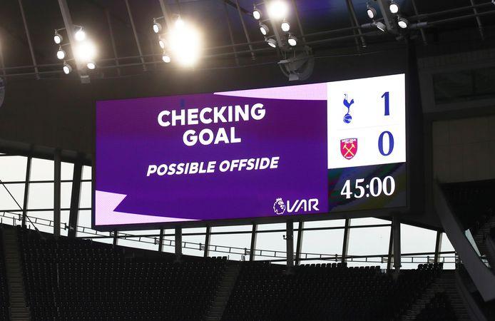 De VAR krijgt in de Premier League hulp van buitenspeltechnologie, zoals hier bij Tottenham Hotspur - West Ham United.