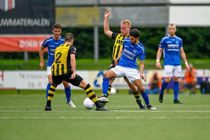 GVVV (blauwe shirts) verloor vorige week met 0-3 van Rijnsburgse Boys.