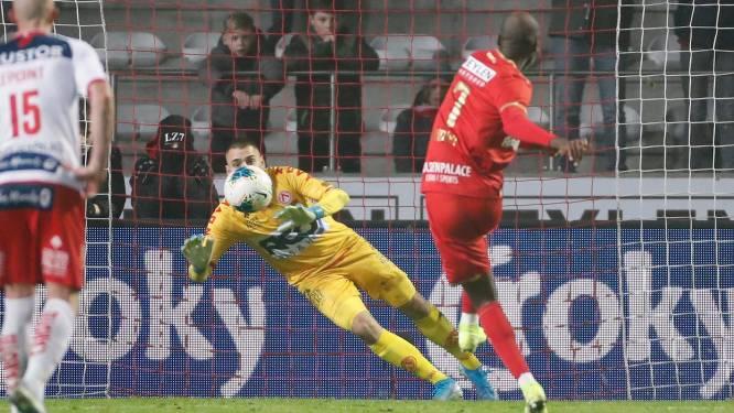 """'t Is weer prijs met Didier Lamkel Zé nadat hij tot woede van Bölöni penalty opeist, mist en meteen na zijn vervanging het stadion verlaat: """"Sorry"""""""