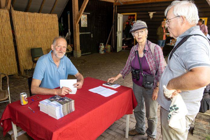 Boekpresentatie van het nieuw boekje van boswachter Mari de Bijl uit Heeze.  Mensen die het boekje zondag wilden kopen maakten eerst een wandeling.