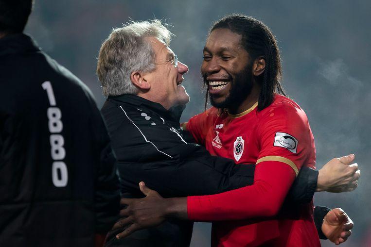 Een omhelzing tussen coach Bölöni en Antwerp-spits Dieumerci Mbokani. Beeld BELGA