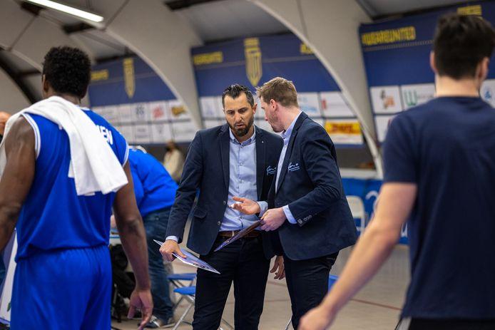 Matthew Otten overlegt met zijn assistent Vincent van Sliedregt tijdens Yoast United-Landstede. De eerste vertrekt naar Donar, de tweede naar Aris.