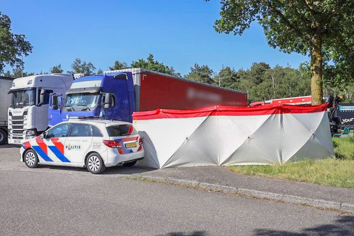 Er zijn schermen geplaatst bij de vrachtwagen waarin de overleden persoon is gevonden, op de parkeerplaats langs de A12 bij Arnhem.