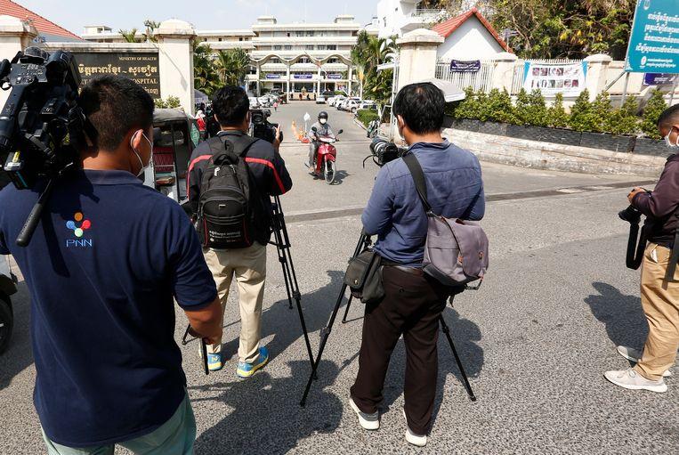 Media wachten bij Khmer Soviet Friendship Hospital in Phnom Penh nadat bekend was geworden dat corona iemand aan corona was overleden. Beeld EPA