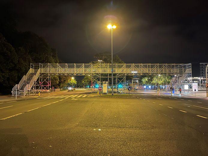 De tweede voetgangersbrug voor het WK tijdrijden aan het station van Brugge oogt indrukwekkend.