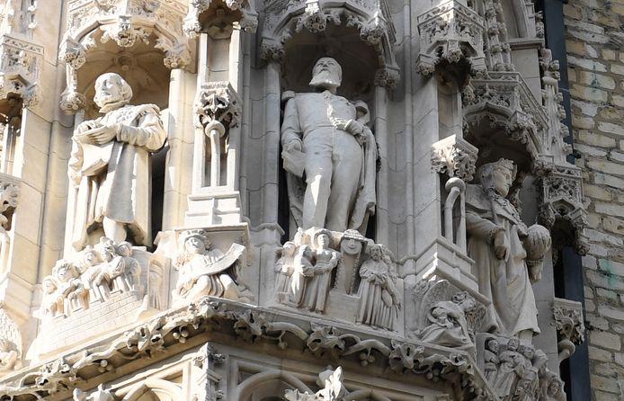 Het beeld van Leopold II is ondertussen al verwijderd uit een nis in de gevel van het stadhuis.