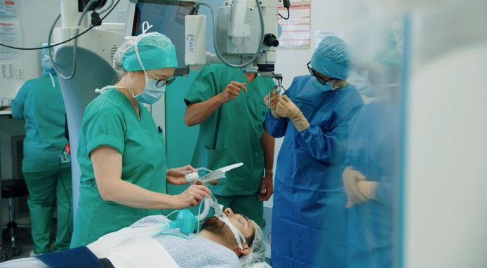 De 21-jarige Talha Aydin tijdens een van de operaties waarbij er 150 miljard virussen ingespoten werden in elk oog.