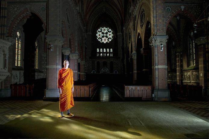 Boeddhist Luang phi Sander van de stichting Dhammakaya Nederland in de kerk van Afferden.