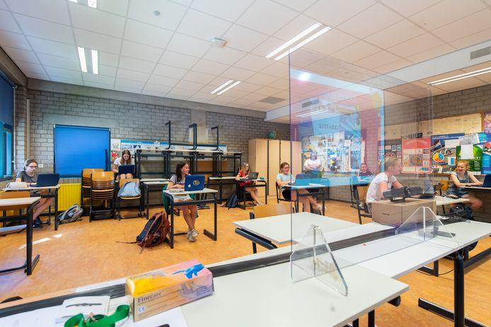 Breda - Pix4Profs/René Schotanus. Het Newman College in Breda ging vandaag weer van start met tafels op gepaste afstand. Klas 2VWO.