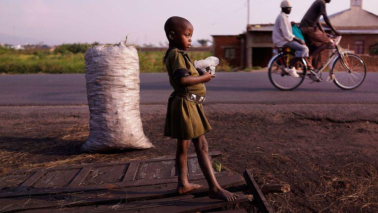 Een kind aan de kant van de weg in Bujumbura, Burundi. Burundi is een van de armste landen ter wereld. Het land kampt met grote voedseltekorten. Beeld AP