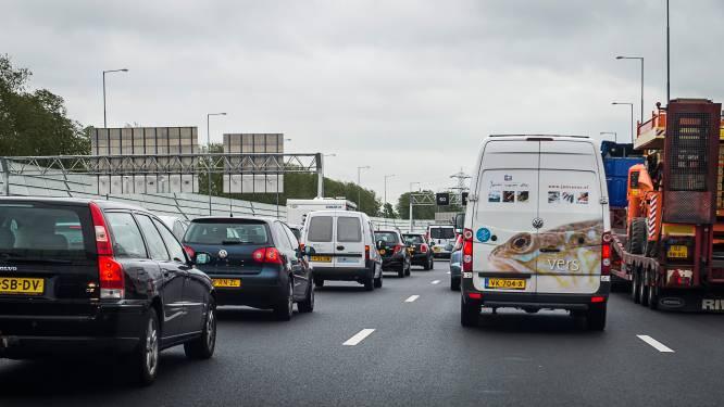 Twee rijstroken richting Zwolle dicht na botsing op A28 bij Staphorst: vertraging neemt af