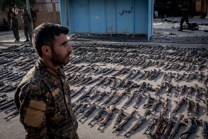 Strijders van de Syrische Democratische Krachten (SDF) verzamelen buitgemaakte wapens op strijders van Islamitische Staat na de val van hun allerlaatste stukje kalifaat, in de Syrische enclave Baghouz nabij de grens met Irak.