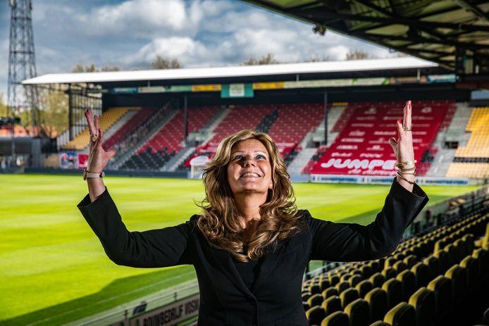 Marianne Alofs kan het bijna niet geloven. Woensdagmiddag nam ze afscheid als notarisklerk, enige uren later promoveert Go Ahead Eagles, haar nieuwe werkgever, naar de eredivisie.