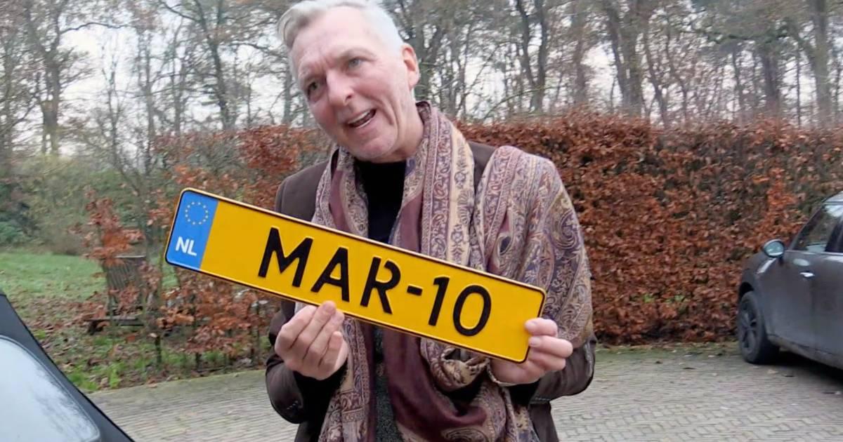 Martien Meiland ontdoet autoruit van ijs met kentekenplaat: 'Zo'n grote fout gemaakt' - De Stentor